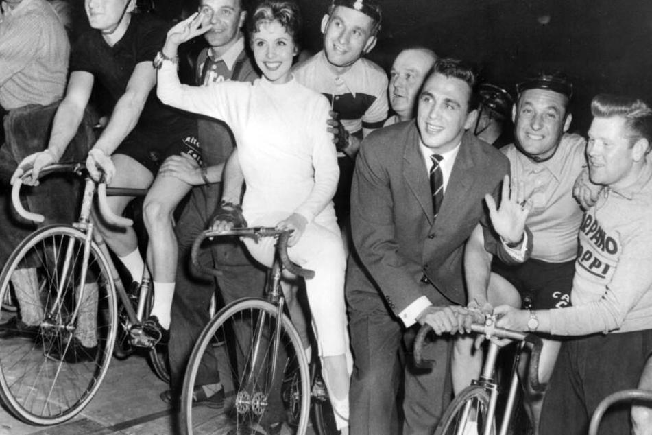 """Schauspielerin Sonja Ziemann und Boxer Gustav """"Bubi"""" Scholz 1957."""