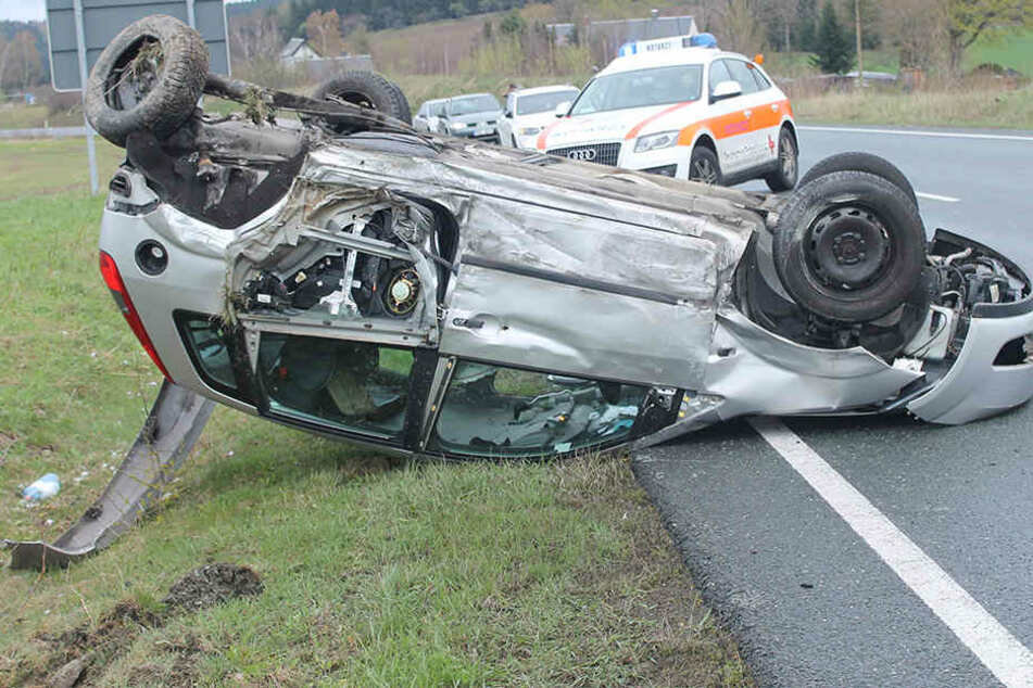 Der Ford blieb bei dem Unfall auf dem Dach liegen.
