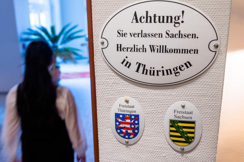 Verschiedene Feiertage, andere Gesetze: Im Romantik-Hotel Schwanefeld weisen Schilder auf die Grenze hin.
