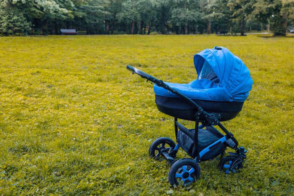 Mutter und Oma hielten den Kinderwagen fest. Der Täter flüchtete. (Symbolbild)