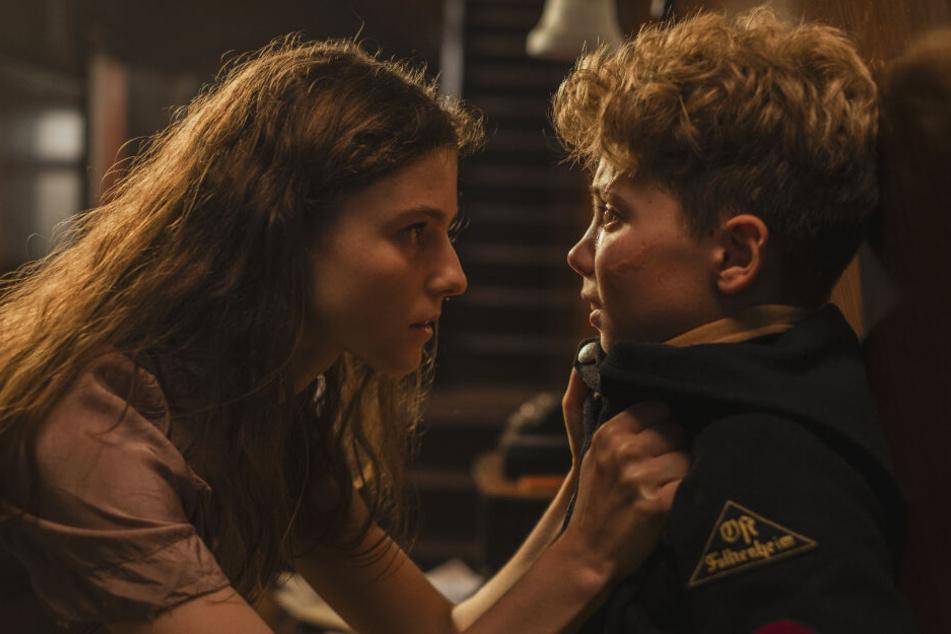 Die Jüdin Elsa (l., Thomasin McKenzie) jagt Jojo Rabbit (Roman Griffin Davis) anfangs Angst ein.