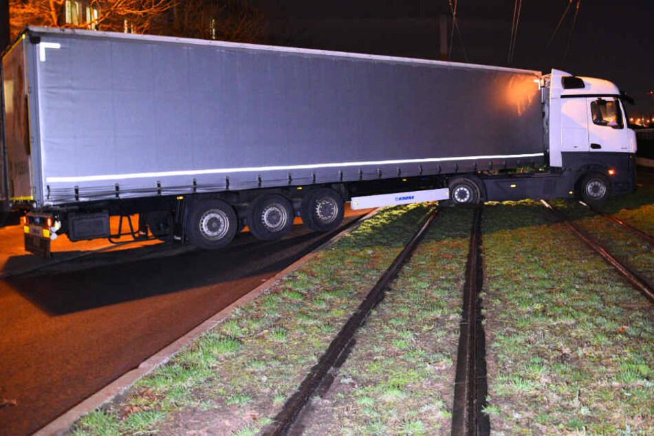 Aufs Navi vertraut? Lkw blockiert Straßenbahn-Schienen