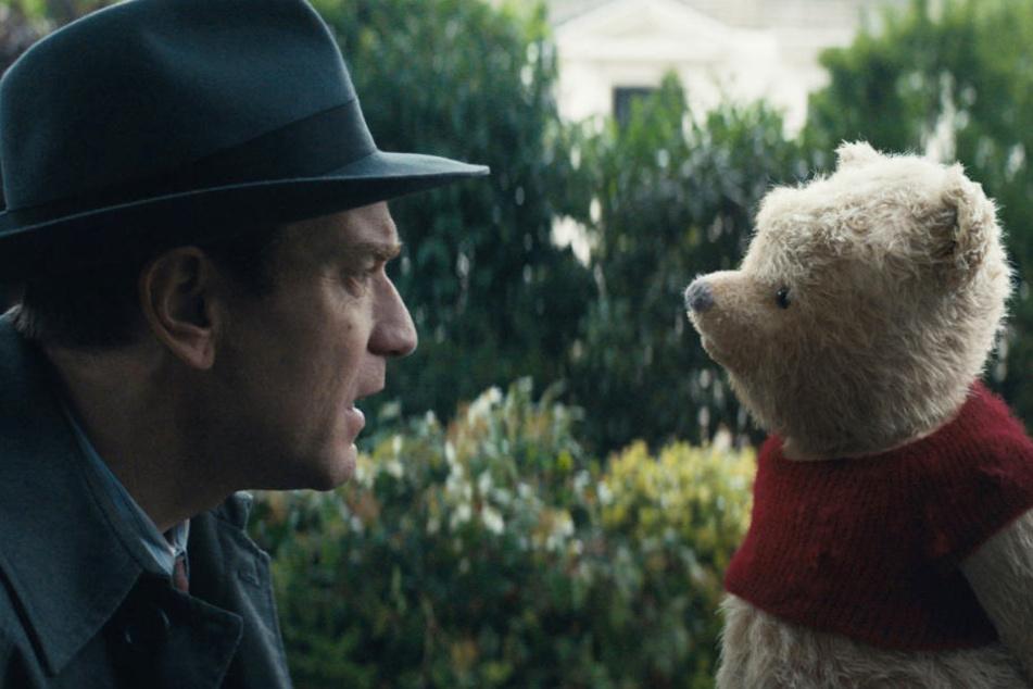 Szene aus Forsters neuem Film: Christopher Robin (Ewan McGregor, links) und Teddybär Winnie Puuh.