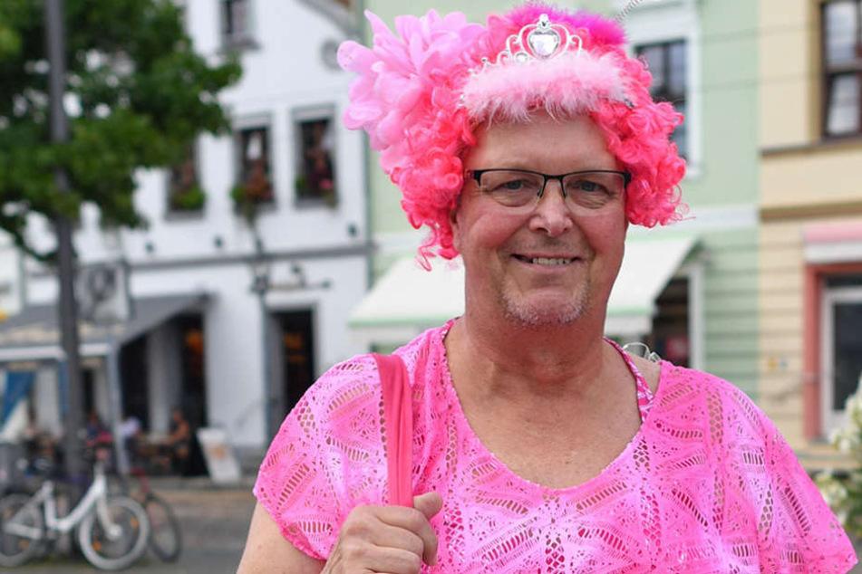 """Ingolf als """"Pinky aus Cottbus"""", wie er sich selbst nennt, ist im schrillen Outfit zum Casting gekommen."""