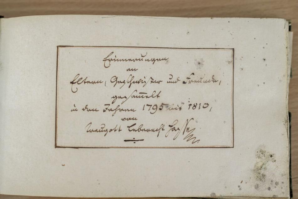 Das grüne Büchlein gehörte dem Studenten Traugott Leberecht Hasse (1775-1853). Zahlreiche Kommilitonen haben ihm darin nette Zeilen gewidmet.