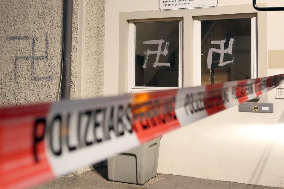 Vandalen haben am Wochenende in Köln und Leverkusen Hakenkreuz-Graffitis hinterlassen. (Symbolbild)