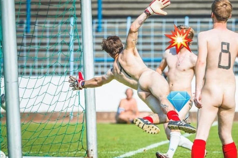 Aus Protest: Fußballmannschaften kicken nackt!