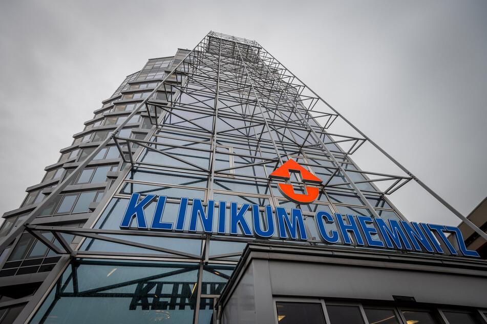 Das Chemnitzer Klinikum ist derzeit an der Belastungsgrenze. Einige Corona-Patienten mussten sogar nach Dresden und Leipzig verlegt werden.