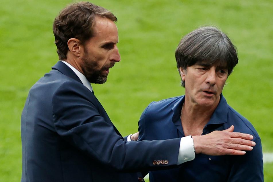 Nach der bitteren EM-Pleite für Deutschland umarmen sich Englands Nationaltrainer Gareth Southgate (50, l.) und Joachim Löw (61).