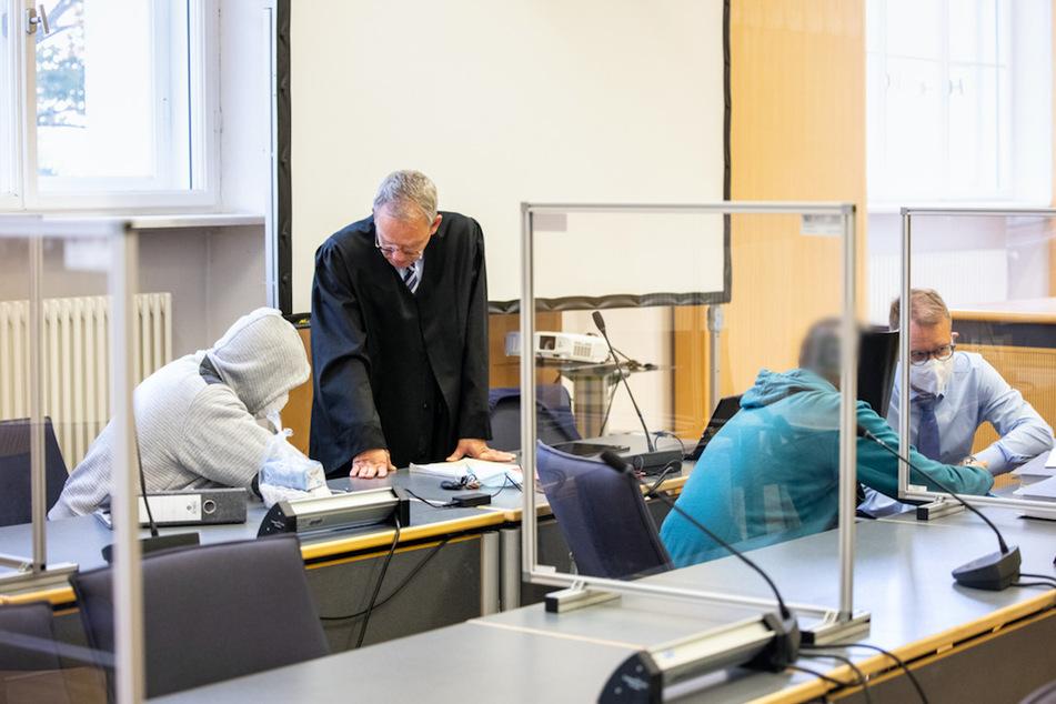 Die zwei wegen der Verbreitung kinderpornografischer Schriften verurteilten Männer (l. und 2. v. r.) im Landgericht mit ihren Rechtsanwälten Maximilian Keser (2. v. l.) und Bernhard Löwenberg.