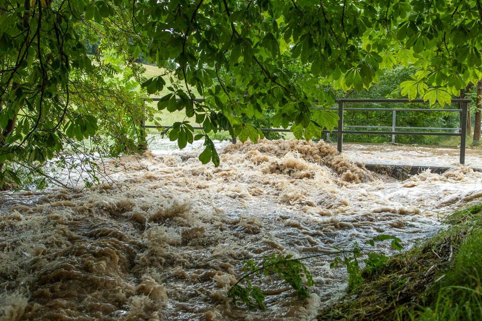 Der Bach in Großrückerswalde war am Donnerstag völlig überflutet, die Wassermassen donnerten gegen eine Brücke!
