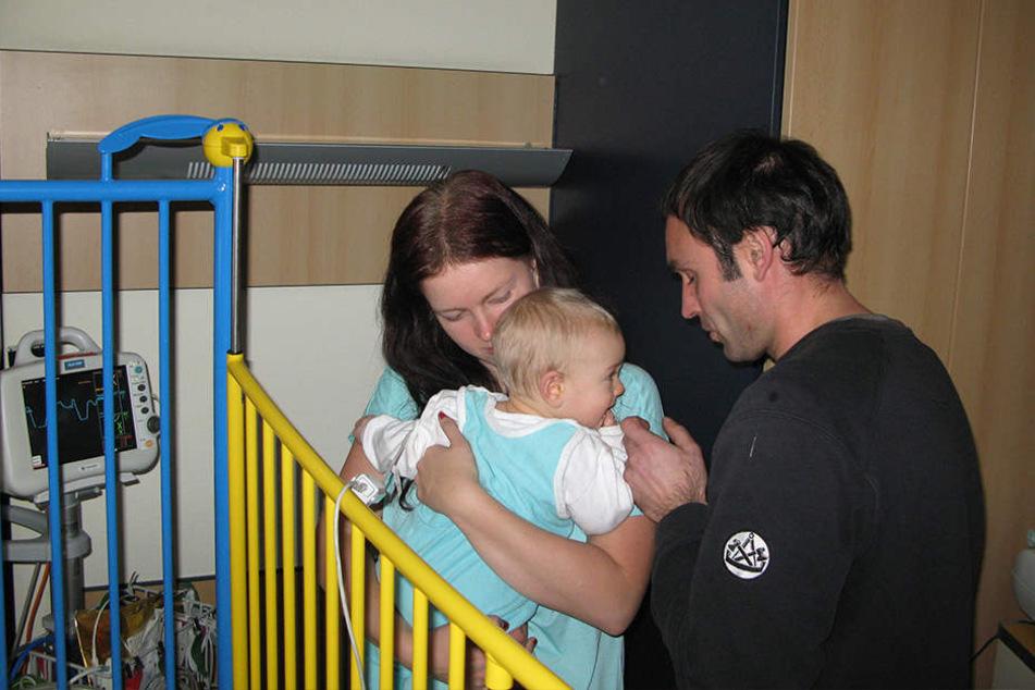 Familienglück im Krankenhaus: Susann Weißbach (28) mit Sohn Jakob (sieben Monate) und Ehemann Marco (36).