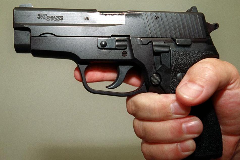 Mann will auf Parkplatz Pinkelpause machen und hat plötzlich eine Pistole am Kopf