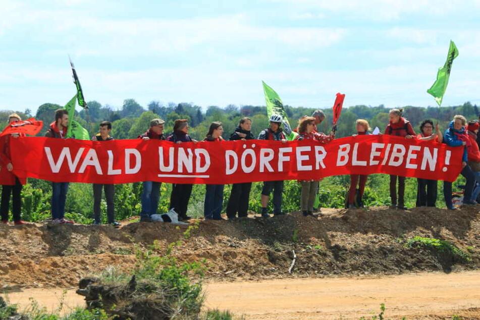 Klimaaktivisten protestieren am Hambacher Forst gegen den Braunkohleabbau.