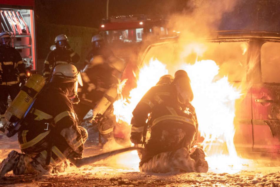 Die Feuerwehr versuchte den Brand am Gasauto mit Schaum zu löschen.