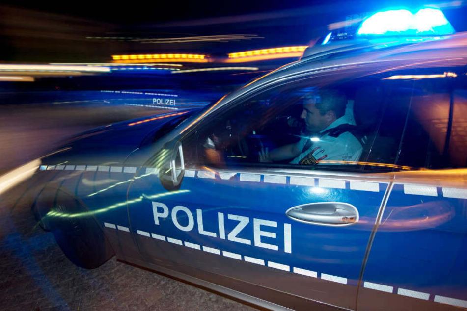 Wie die Polizei mitteilte, rammte die Frau auch noch mehrere Autos. (Symbolbild)