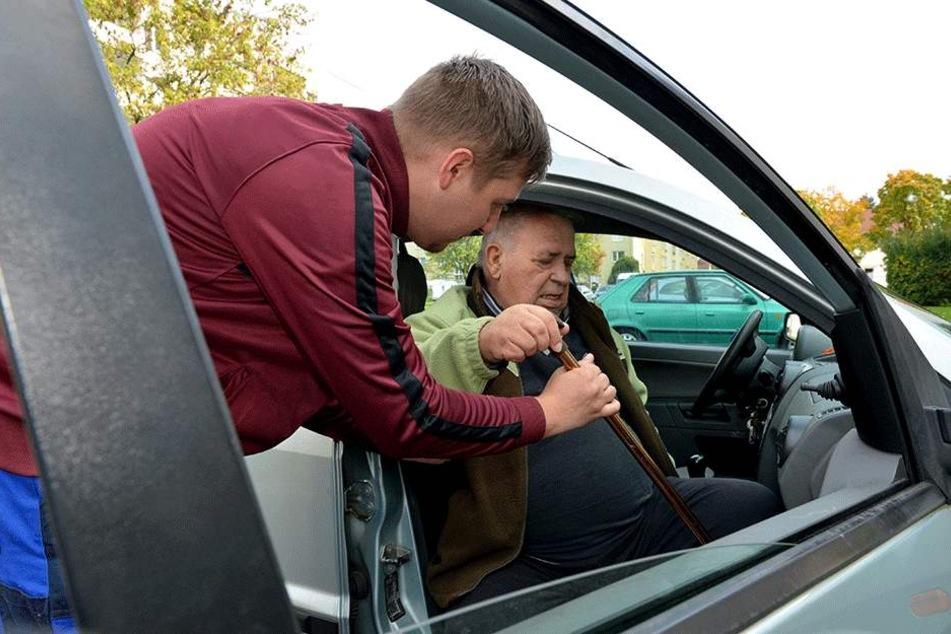 Tom leistet auch Fahrdienste, chauffiert Senior Eichler zum Arzt.