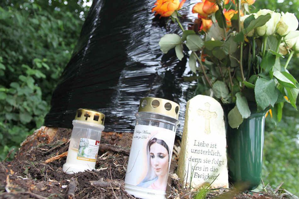 An der Unfallstelle wurden Blumen und Grablichter abgelegt.