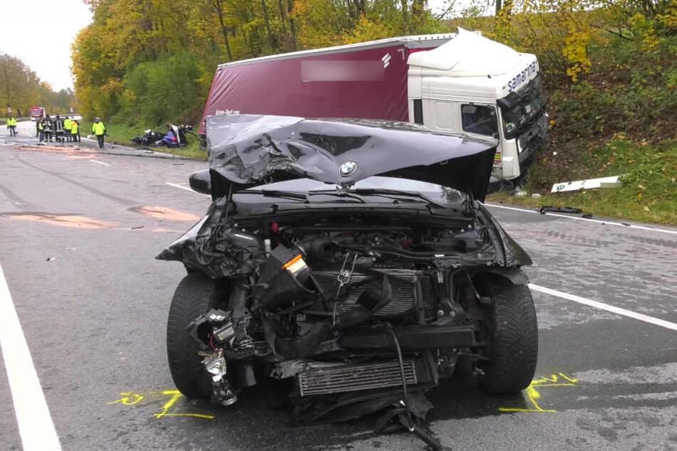Der Fahrer des nachfahrenden Pkw wurde bei dem Unfall leicht verletzt.