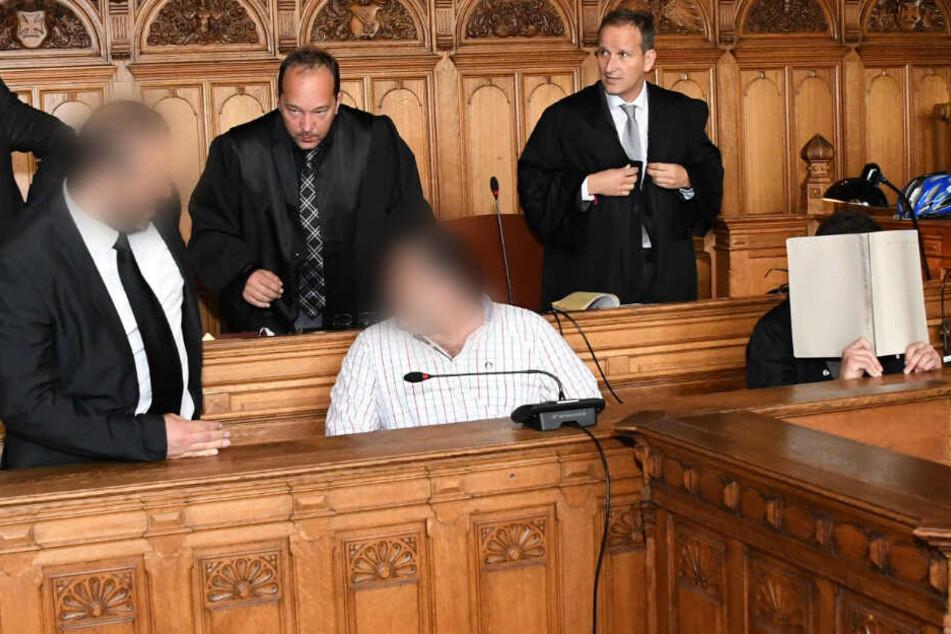 Die Angeklagten Hayat G., Hayrettin G. und Sipan G. (vorne, von links) sitzen bei Prozessbeginn im Landgericht Bremen. (Archivbild)