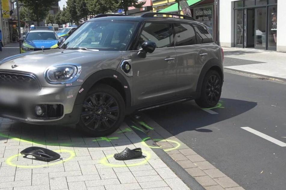 Eine Autofahrerin hatte den Sehbehinderten übersehen und fuhr ihn an.