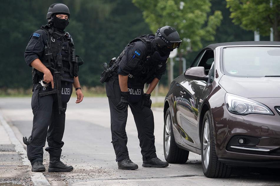 Polizisten sperren im Gewerbegebiet Pleißa die Straßen ab, Autofahrer müssen umdrehen.