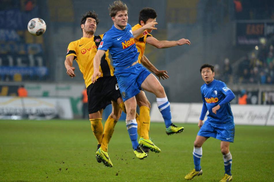 Im Dezember 2013 noch gemeinsam in und gegen Bochum: Cristian Fiel (l.) und Anthony Losilla (h.) gegen VfL-Kicker Florian Jungwirth. Jetzt ist Fiel SGD-Coach und Losilla Kapitän des VfL.