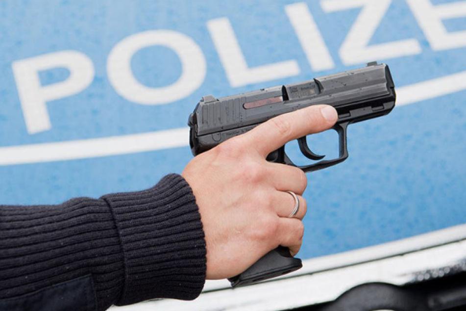 Ein Polizist griff in Berlin-Gesundbrunnen zu seiner Dienstwaffe und gab einen Schuss ab. (Symbolbild)