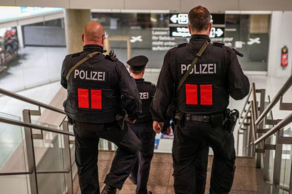 Mit Maschinenpistolen bewaffnete Polizeibeamte am Mittwochabend.