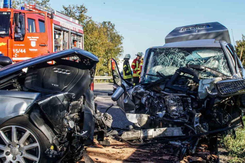 Die Fahrer wurden mit schwersten Verletzungen ins Krankenhaus gebracht.