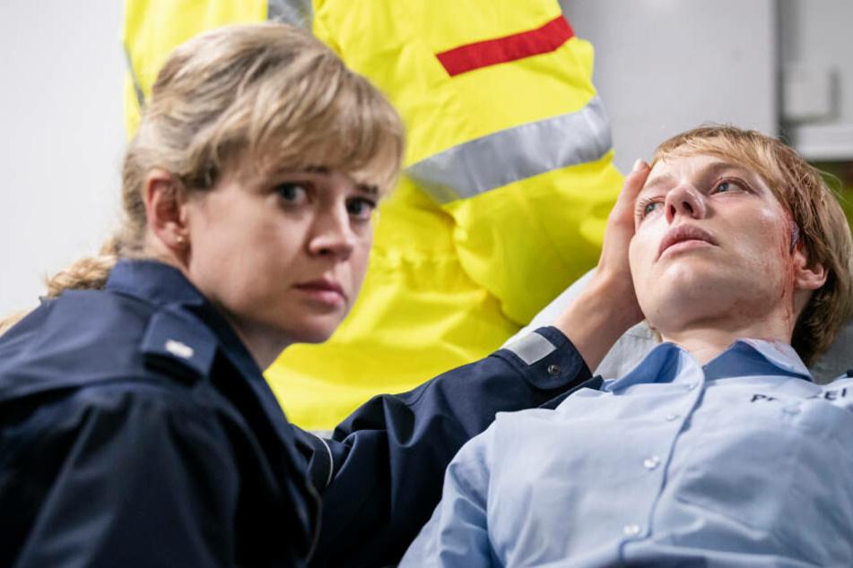 Die Polizistin Melanie Sommer (Anna Brüggemann, r) wurde niedergeschlagen, ihre Kollegin Janine Meier (Caroline Hanke, l) kümmert sich um sie.