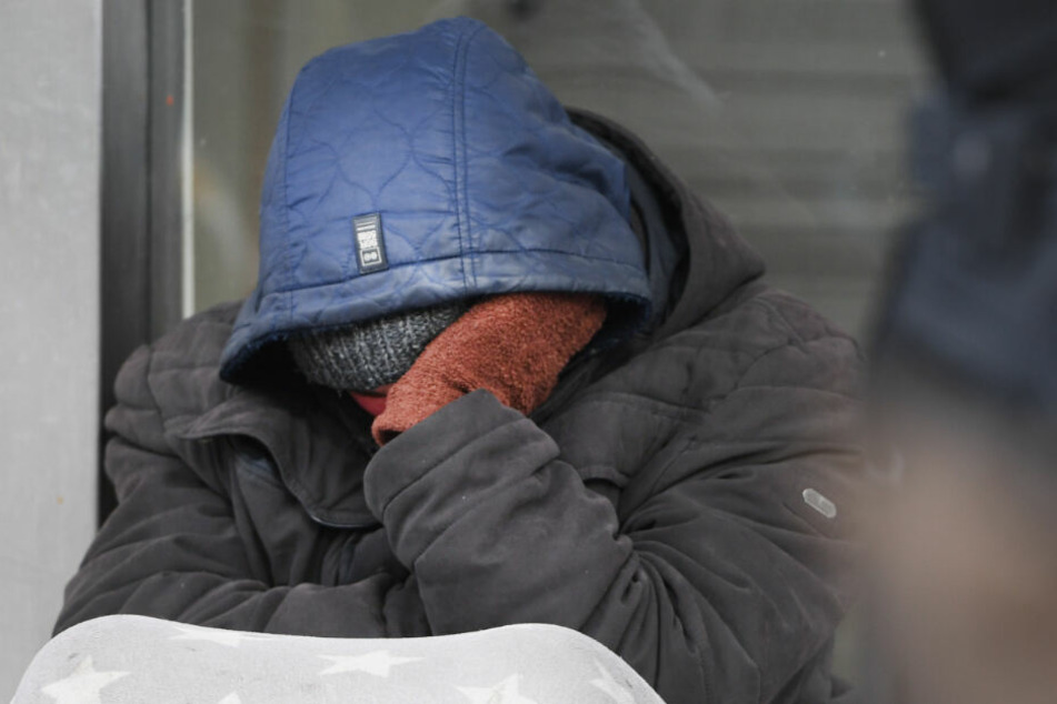 Obdachloser blutet stark aus Auge: Schrecklich, was für eine Geschichte dahinter steckt