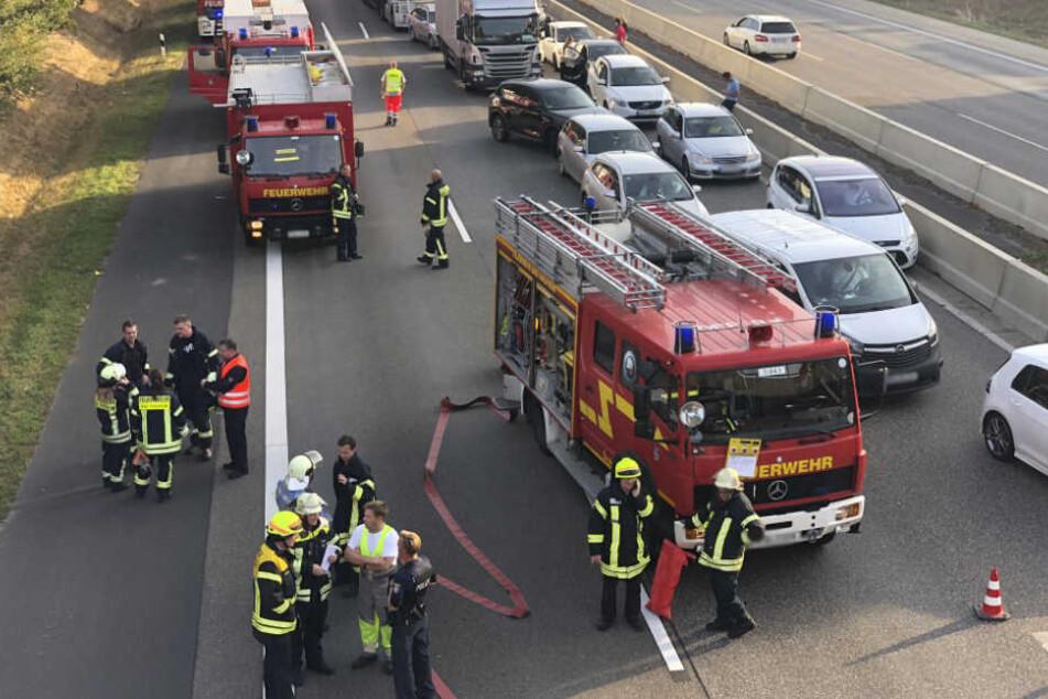 Zahlreiche Feuerwehrleute sind im Einsatz.
