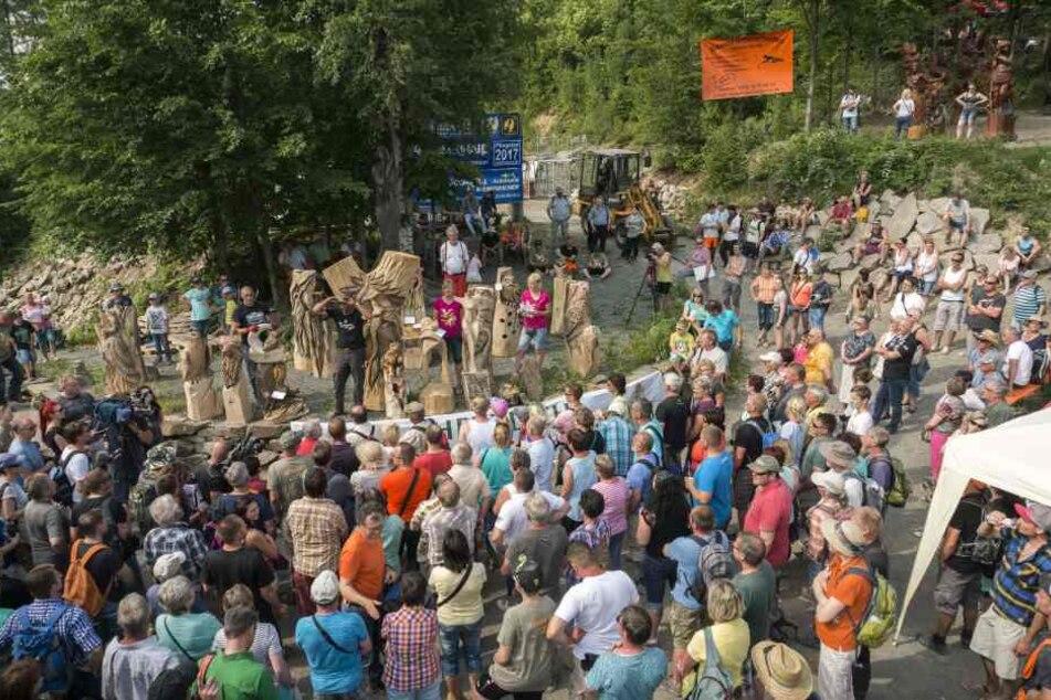 Tausende Schaulustige und Fans des Kettensägenschnitzens pilgern alljährlich im späten Frühjahr zum Huskycup.