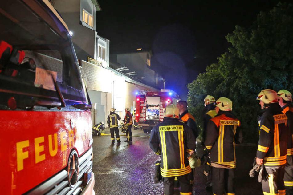 Feuerwehr und Polizei rückten in Oberlungwitz zu einem möglichen Wohnungsbrand aus.