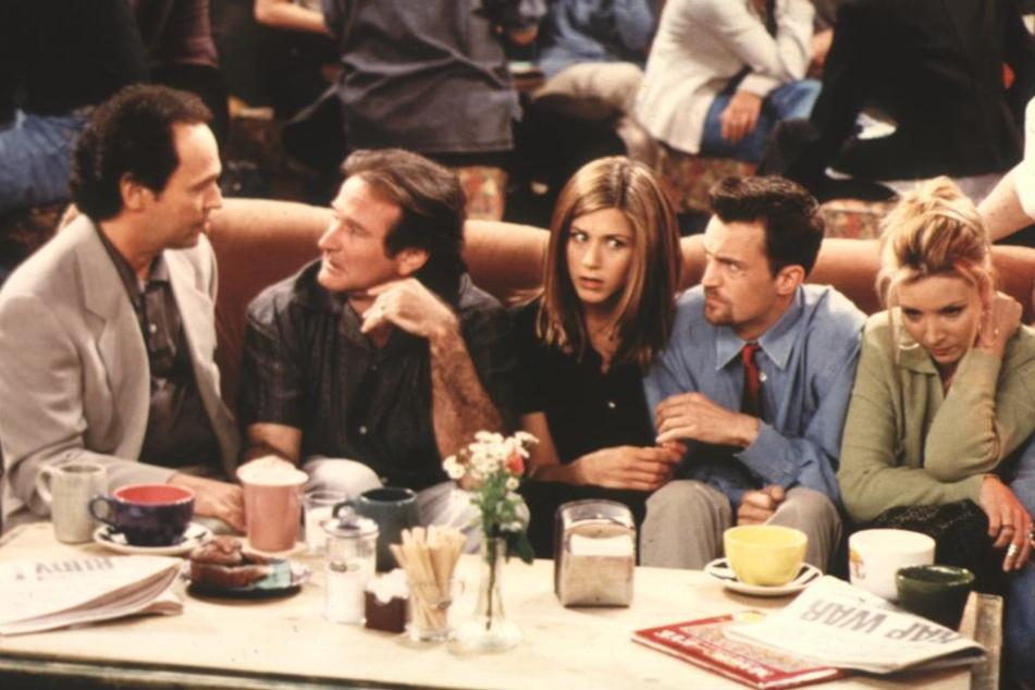 Sogar Robin Williams (2.v.l.) spielte eine Gastrolle und sitzt hier in einer Folge neben Jennifer Aniston.