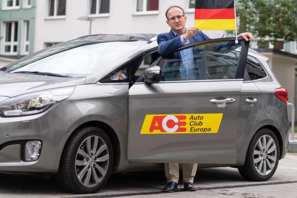 So kann die WM beginnen: Gut befestigte Autofahnen bekommen von Jörg Vieweg (47, SPD) einen Daumen nach oben.