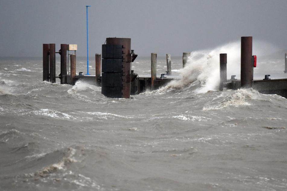 Die Wellen der Nordsee schlagen an einen Anleger. (Archivbild)