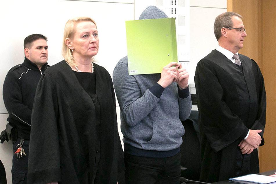 Clemens M. (Mitte) bekam ein hartes Strafmaß aufgebrummt.