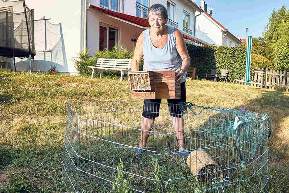 """Frau Heinrich (80) in ihrem Garten: hier tollten die Kaninchen """"Erbse"""" und """"Möhre"""" umher."""