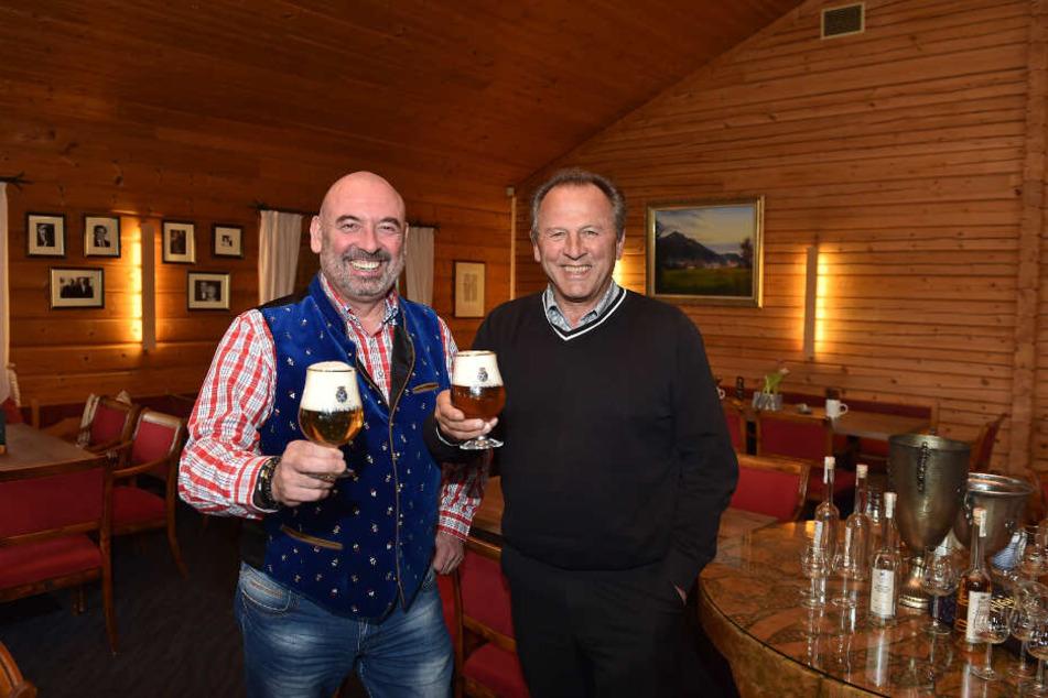 """Wirt Kali Schneider (58, l.) und Golfplatz-Inhaber Karl Schwald (61) stoßen auf die """"Zweite Heimat"""" an."""