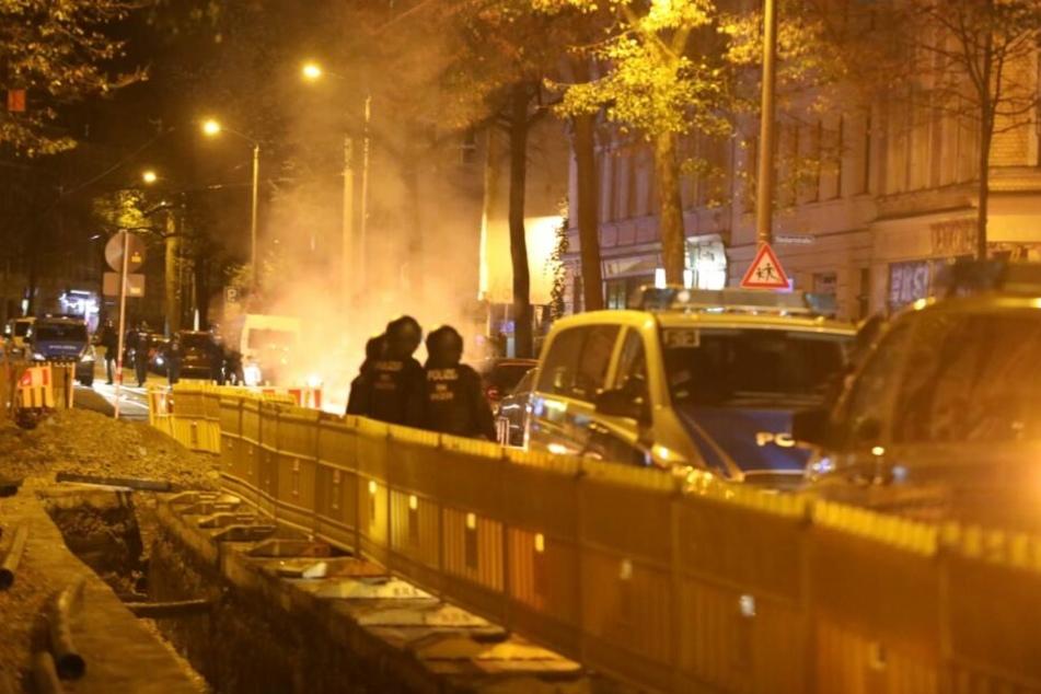 Die Täter setzten in der Nacht zu Samstag Mülltonnen und Baustellenabsperrungen in Brand.
