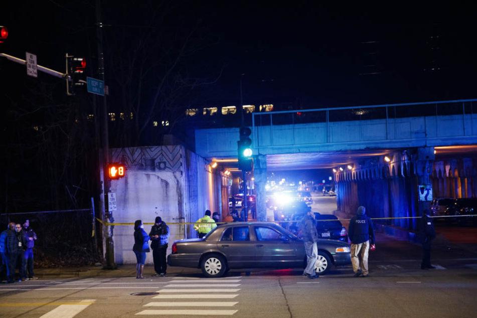 Einsatzkräfte der Polizei untersuchen den Ort, an dem zwei Polizisten von einem Vorortzug überrollt und getötet wurden.