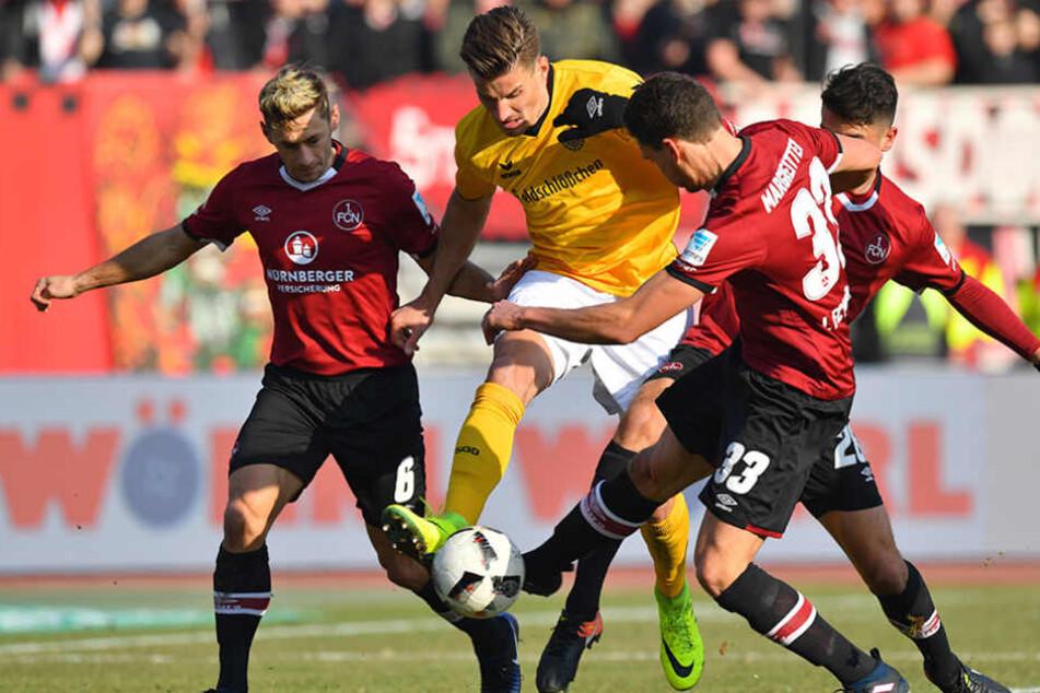 Dynamo kämpferisch! Hier nimmt es Stefan Kutschke (M.) gleich mit drei Nürnbergern auf.