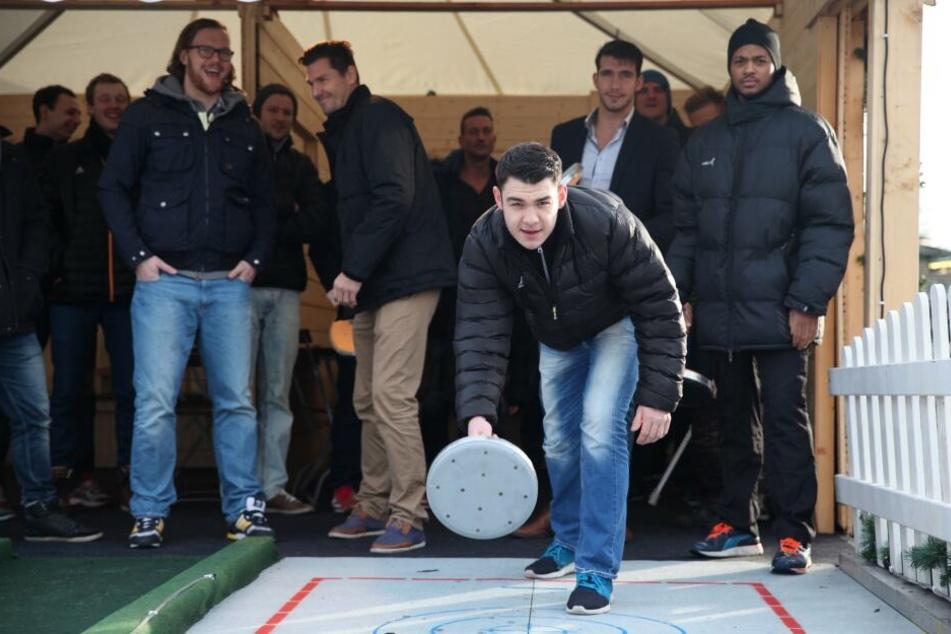 Diese Handballer des HC Elbflorenz hatten bereits 2014 mächtig Spaß beim Curling und Eisstockschießen.