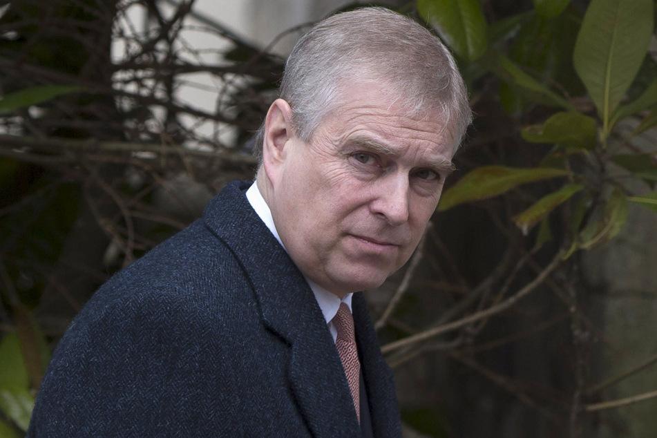 Eine Frau wirft Prinz Andrew von Großbritannien (61) vor, sie als Minderjährige missbraucht zu haben.