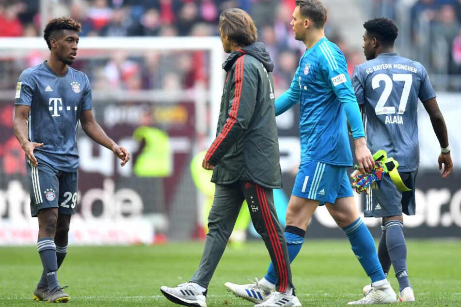 Manuel Neuer (2.v.r.) wird dem FC Bayern rund 14 Tage fehlen.