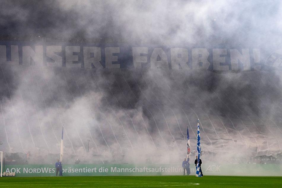 Die Schalker Fans zeigten vor dem Spiel eine rauchige Choreografie.