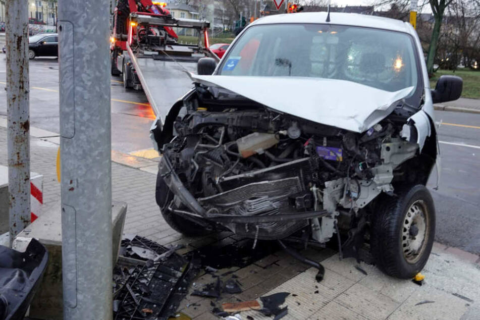 Renault schleudert gegen Betonsockel: Fahrer verletzt