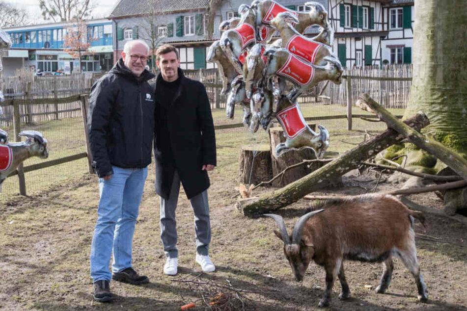 Zoodirektor Theo B. Pagel (links), Simon Zoller und Hennes VIII.